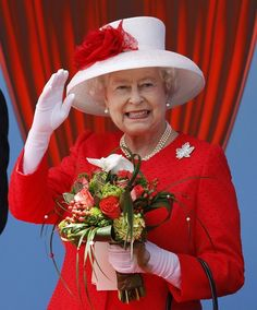 The Canada Day Diamond Brooch was passed down to HM queen Elizabeth II, who wore it herself as well on her first royal visit to Canada. The brooch is encrusted with glittering diamonds. Hm The Queen, Royal Queen, Her Majesty The Queen, Save The Queen, Red Queen, Prinz Philip, Prinz William, Sarah Ferguson, Lady Diana