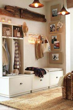 deco hall entree aux meubles couleur crème et aux lampadaires suspendus en métal bronzé