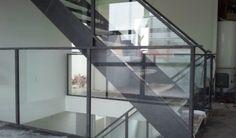 Glazen balustrade bij trap