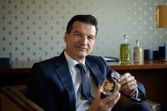 Thierry Wasser, parfumeur Guerlain, raconte le bouquet de la Reine - YouTube