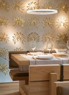 Gold silverware used as wall art * restaurantes La Bien Aparecida Madrid