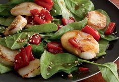 Ensalada de espinacas, hachas y pimientos Aderezo: 2 cdas. de salsa de soya reducida en sodio 2 cdas. de vinagre de arroz 1 cda. de azúcar