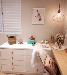 Cômoda para quarto: 40 modelos incríveis e sugestões para você comprar Beauty Room, Dream Rooms, New Room, Home Decor Bedroom, Interiores Design, Room Inspiration, Decoration, Furniture, Modern Fireplaces