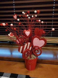 10 Gorgeous Valentines Day Decorations - Life Is Fun Silo Valentines Dyi, Valentine Wreath, Valentines Day Hearts, Valentines Day Decorations, Valentine Heart, Valentine Day Gifts, Valentine Flower Arrangements, Bestie Gifts, Heart Wall Art