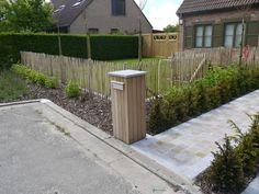 Aanleg voortuin met kastanje afsluiting Walkway, Garden Inspiration, Curb Appeal, Fence, Sweet Home, Sidewalk, Home And Garden, Patio, Places
