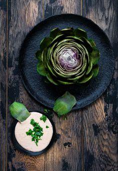Ob als Vorspeise oder leichtes Hauptgericht eines mehr-gängigen Menüs, Artischocken sind einfach ein Hingucker und diese beiden Vinaigretten machen sie zu einem kulinarischen Highlight! Jetzt auf dem NOAN Blog! Vinaigrette, Plates, Tableware, Kitchen, Blog, Artichokes, Easy Meals, Licence Plates, Cucina