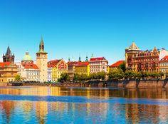 """Prague, """"la ville dorée"""", est un endroit fantastique avec beaucoup des facettes intéressantes !  Avec le deal de vacances de DeinDeal vous passez à deux 2 à 4 nuits à l'hôtel 4 étoiles Red & Blue Design Hotel Prague. Le prix comprend le petit-déjeuner et une bouteille de vin.  Réserve ici ton séjour citadin: http://www.besoin-de-vacances.ch/sejour-citadin-a-prague-2-a-159/"""