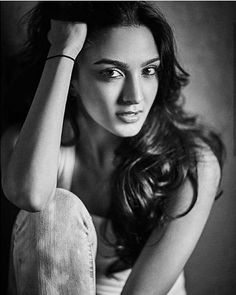 15 Stunning Hot Pictures of Kiara Advani, Who Played Sakshi Dhoni In M S Dhoni - The Untold Story Beautiful Bollywood Actress, Most Beautiful Indian Actress, Beautiful Actresses, Photography Poses Women, Love Photography, Kiara Advani Hot, Kaira Advani, Indian Photoshoot, Bollywood Girls
