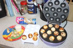 Cinnamon Rolls in the Cake-Pop maker! Cut pre-made cinnomon rolls into quarters. cook them in the cake pop maker. Super easy, and yummy! Yummy Snacks, Yummy Treats, Sweet Treats, Yummy Food, Baby Cakes Maker, Babycakes Cake Pop Maker, Cake Makers, Space Saver, Gluten Free Baking