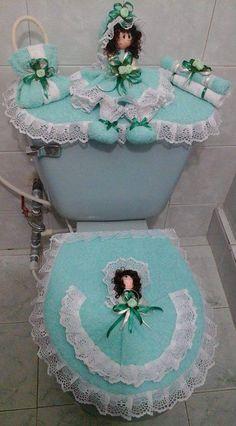 juego de baño Chic Bathrooms, Bathroom Sets, Quilting Projects, Sewing Projects, Diy Pom Pom Rug, Bathroom Crafts, Towel Crafts, Dream Bath, Curtain Designs