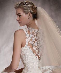 AURA - Vestido de noiva em tule e renda, decote redondo justo e linha sereia | Pronovias