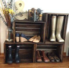 Zapatero con cajas de madera // wooden box decor