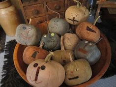 Bowl of prim pumpkins by olde lady morgan Primitive Fall Crafts, Primitive Pumpkin, Pumpkin Crafts, Primitive Christmas, Primitive Autumn, Primitive Decor, Halloween Doll, Fall Halloween, Halloween Crafts
