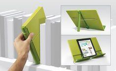 Ergonomique et fonctionnel, ce CookBook vous facilite la cuisine en acceuillant vos recettes papier, vos gros livres de cuisine ou votre tablette tactile. Plié, il n'est pas plus large qu'un livre, se place facilement sur une étagère ou dans une bibliothèque...