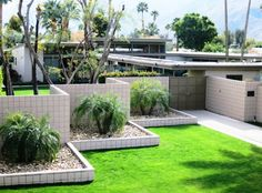 Two common features of mid-century modern architecture are the use of decorative concrete blocks and horizontal trellises Decorative Concrete Blocks, Outdoor Spaces, Outdoor Decor, Front Steps, Mid Century Modern Design, Design Awards, Palm Springs, Trellis, Modern Architecture