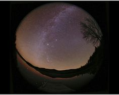 Esta imagen fue tomada en Maine (EEUU). En ella, el plano de nuestra galaxia, la Vía Láctea, se arquea en el horizonte. La luz zodiacal, de forma casi triangular, se extiende a lo largo plano eclíptico del Sistema Solar y cruza la Vía Láctea en cerca de un marcado por el brillante planeta Júpiter. Además, la constelación de Orión el cazador se puede ver reflejada en las aguas del lago.  Foto: Babak Tafreshi (TWAN) Riding Helmets, Planets, Moon, Celestial, Sistema Solar, Stars, Shape, Jupiter Planet, Hubble Space Telescope
