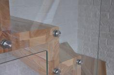 Zastosowanie szkła w miejsce tradycyjnych materiałów, pozwala na doświetlenie pomieszczeń, w których się znajdują oraz optyczne ich powiększenie.