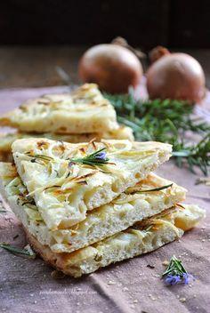 Pane, burro e alici: Focaccia con cipolle e rosmarino in fiore