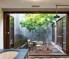 The garden of your dreams: Como decorar un patio interno Indoor Courtyard, Internal Courtyard, Courtyard House, Indoor Garden, Atrium House, Atrium Garden, Chinese Courtyard, Indoor Outdoor, Design Exterior