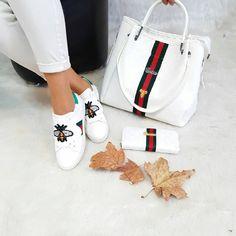 Lindo Gucci Clutch, Gucci Crossbody, Gucci Purses, Gucci Fashion, Fashion Bags, Fashion Shoes, Gucci Sneakers, Gucci Shoes, Luxury Bags