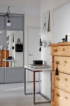 Kodin ainoa antiikkinen esine on olohuoneen upea talonpoikaislipasto. Se tuo kontrastia muuten valkoiseen kotiin.