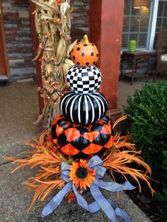 Fall Front Porch Halloween black, white and orange painted pumpkin topiary Entree Halloween, Outdoor Halloween, Holidays Halloween, Halloween Crafts, Halloween Ideas, Happy Halloween, Halloween Porch, Halloween 2020, Fall Pumpkins