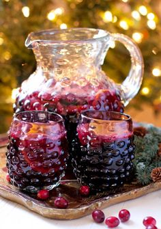 These 24 New Year's Eve Cocktail Recipes are must make! Champagne, sangria, martinis, punch - they're all the perfect easy recipes for a party! Winter Drinks, Holiday Drinks, Party Drinks, Fun Drinks, Yummy Drinks, Holiday Recipes, Alcoholic Drinks, Beverages, Sangria Recipes
