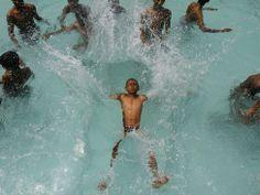 7 mei 2013. Een jongen springt in een zwembad om zichzelf af te koelen tijdens een warme dag in Chennai, India.