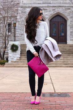 pantalones negros, suéter gris y zapatos rosas