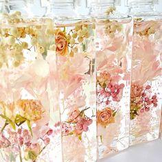 薔薇農園で丁寧にお一つずつ作られた、美しいアンティークピンクローズのドライフラワーがポイントのハーバリウム。1本の価格となります。高品質な素材のみを厳選して使用。ラグジュアリーな雰囲気をボトルに美しくとじこめました。キャップ部分もクリアで上品なスクエアの高級瓶を使用した、プレミアムハーバリウム。〜いろいろなスペースで草花による癒しの空間を創り、毎日にほっとする瞬間を~------------------------------------------------Thirlaysとは妖精の名前。。花の妖精が好むシアレスフラワーリウムの世界。ドライフラワーやプリザーブドフラワーを特別な保存液(ミネラルオイル)に浸すことで、花やハーブをお手入れ不要で美しいままお楽しみいただけるインテリアです。-----------------------------------------------【ラッピングのメッセージラベルをお選びいただけます】①Thirlays Flower②Happy Birthday③Happy… Flowers In Jars, Floating Flowers, Asian Candles, Botanical Interior, Dried And Pressed Flowers, Flower Bottle, Candle Accessories, Paint Colors For Home, Flower Crafts