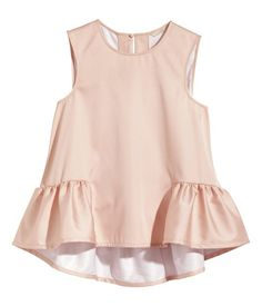 Super flirty H&M Sleeveless Ruffle blouse in cream Fashion Kids, Fashion Outfits, Fashion Design, Fall Fashion, Style Fashion, Mode Top, Mode Inspiration, Kind Mode, Simple Dresses