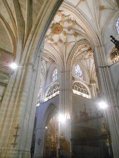 Pilares y bóveda del crucero . Catedral de San Antolín. Palencia.