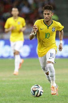 El futbolista Neymar da Silva Santos Junior (Neymar) encabeza a los 23 jugadores convocados hoy para integrar la selección de Brasil que participará en la Copa América de Chile el venidero junio.