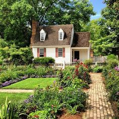 That's the summer kitchen I want! A true colonial southern summer kitchen complete with vegetable & herb garden plus fruit trees and bushes! Cottage Garden Design, Cottage Garden Plants, Love Garden, Herb Garden, Williamsburg Virginia, Colonial Williamsburg, Colonial Garden, Casas The Sims 4, Cottage Homes