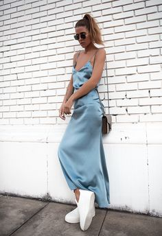 Maja Wyh com slip dress longo grafite + tenis adidas branco.