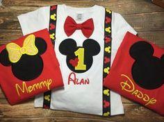 La camisa de los muchachos de cumpleaños tiene una cabeza de Mickey y edad y nombre, junto con tirantes y pajarita. Las camisas de padres que se hacen en camisas rojas con amarillo nombres y acentos! Por favor incluya en el checkout: 1. nombre 2. edad 3. tamaños para todas las camisas 4. la necesidad por fecha