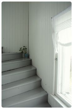 Haettiin Googlella verkkotunnuksesta tunnelmaa.blogspot.com. Cottage Stairs, House Stairs, Kitchen Hair, Basement Stairs, Window Curtains, Stairways, Home Kitchens, Villa, Home And Garden