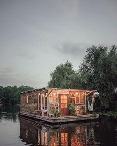 Le Labo Photo flottant de Claudius Schulze et Maciej Markowicz Floating Boat, Floating House, Maison Sur Leau, Places Around The World, Around The Worlds, Labo Photo, Floating Architecture, Classical Architecture, House Architecture