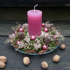 Vánoční svícen do růžova Vánoční svícen na skleněném talíři.Průměr cca 23 cm.Výška 16 cm. Christmas Tablescapes, Christmas Candles, Christmas Centerpieces, Xmas Decorations, Natural Christmas, Pink Christmas, Christmas Home, Christmas Floral Designs, Candle In The Dark