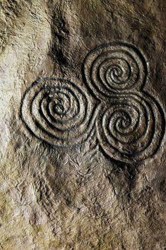 Tiple espiral, Newgrange, Irlanda ~ Simbología: Tierra/Mar/Cielo