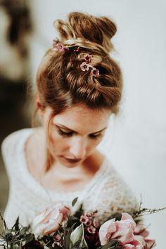 Neue Brautfrisuren für lange Haare Braided bridal hair   Fotos: Daniela Marquardt Photography Haarschmuck, Haare & Make-Up: La Chia Brautkleid: Victoria Rüsche Brautstrauß: Blütenträume Köln