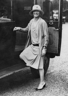 Chanel indossa un suo completo 1928 composto da cardigan e gonna a pieghe e camicetta di seta . ( abbigliamento funzionale pratico e sportivo)