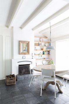 Deze rentenierswoning + gastenverblijf in Groningen was de droom van Janine Abbring. Kijk mee in het knusse huisje op het Groningse platteland.