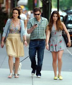 Andie MacDowell Photos Photos - Actress Andie MacDowell and her daughter Rainey Qualley go apartment hunting in the West Village, NYC. - Andie MacDowell And Daughter Rainey Qualley Go Apartment Hunting