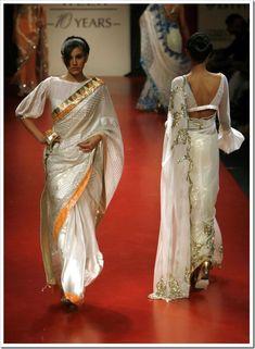 Bollywood Designer Sarees, Indian Designer Sarees, Indian Designer Outfits, Silk Saree Blouse Designs, Fancy Blouse Designs, Blouse Neck Designs, Indian Dress Up, Sari Design, Stylish Blouse Design