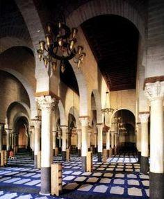 Interior de la sala de oración de la Gran Mezquita de Kairouán.