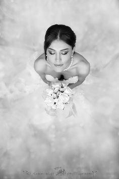 wunderschönes #Brautfoto, #Braut mit #Brautstrauß, extreme Perspektive von oben, toller #Brautschmuck, schwarz-weiß-Aufnahme, Idee für ein #Hochzeitsshooting, #weddingphotography