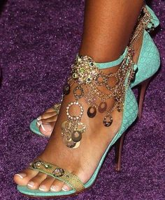What a great idea --- to make your own ankle jewelry to wear with summer heals