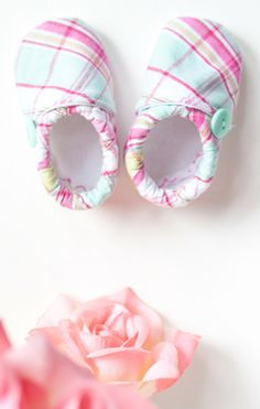These adorable DIY cloth baby shoes are the perfect spring baby shower gift.