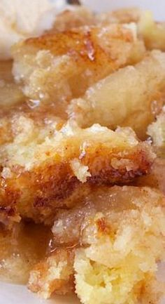 Snickerdoodle Apple Cobbler Delicious and super easy to make cobbler filled with cookie dough and apple pie. Apple Recipes Crockpot, Baked A. Desserts With Few Ingredients, Weight Watcher Desserts, Köstliche Desserts, Easy Apple Desserts, Birthday Desserts, Apple Deserts, Apple Dessert Recipes, Health Desserts, Easy Delicious Desserts